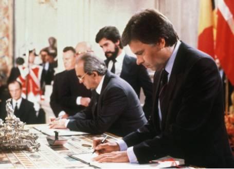 Felipe González y Fernando Morán firman la adhesión de España a la CEE