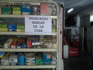Cartel que figura en muchos establecimientos comerciales del barrio de Triana (Sevilla)