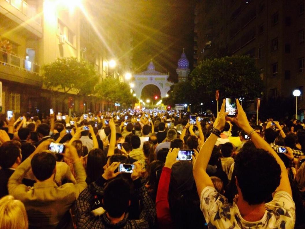 Miles de smartphones son preparados para captar el momento del alumbrado de la Feria de Abril en Sevilla. Fotografía de José Manuel Velasco