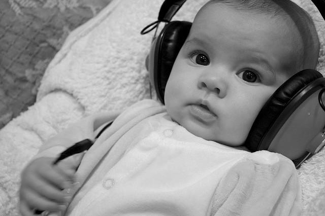 De pequeños aprendemos a oír, a percibir sonidos, pero deberían enseñarnos también a escuchar a los demás. Cuando usamos los cascos estamos aislando nuestra capacidad de escucha, en un acto de egoísmo acorde con los tiempos de esta sociedad líquida. Fotografía de Patricil.